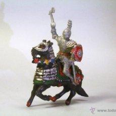 Figuras de Goma y PVC: LAFREDO. CABALLERO MEDIEVAL CON HACHA Y CABALLO NEGRO. FALTA EL PENACHO DEL CABALLO. Lote 45345463
