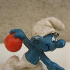 Figuras de Goma y PVC: PITUFO JUGANDO A BALONCESTO - FIGURA DE PVC - PEYO.. Lote 45422425
