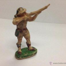 Figuras de Goma y PVC: SOLDADO INGLES DE GOMA DE PECH DISPARANDO FUSIL. Lote 45791242