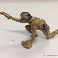 Figuras de Goma y PVC: SOLDADO INGLES DE GOMA DE PECH PISTOLA DISPARANDO SOBRE PIEDRA. Lote 45791373