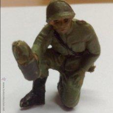 Figuras de Goma y PVC: ANTIGUA FIGURA GOMA DE JECSAN SOLDADO RUSO SERVIDOR DE CAÑON. Lote 46542033