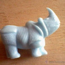 Figuras de Goma y PVC: RINOCERONTE ANTIGUA FIGURA PROMOCIONAL CHICLES DUNKIN COLOR CELESTE SERIE FIERAS ZOO . Lote 47151968