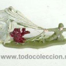 Figuras de Goma y PVC: SOLDADO PARACAIDISTA ATERRIZANDO. Lote 47569927