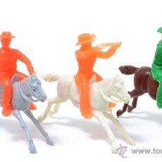 Figuras de Goma y PVC: LOTE DE 3 COWBOYS A CABALLO DE GOMARSA, ANTIGUA REAMSA, CIRCA 1980. Lote 49058482