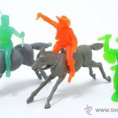 Figuras de Goma y PVC: LOTE DE 2 INDIOS Y 1 COWBOY DE GOMARSA, ANTIGUA REAMSA, CIRCA 1980. Lote 49058587