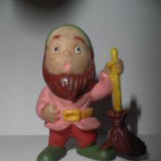 Figuras de Goma y PVC: ENANITO O GNOMO ANTIGUO CON ESCOBA , MARCA EDUCO BABY, AÑOS 80. Lote 49352320