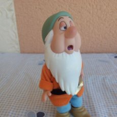 Figuras de Goma y PVC: ENANO DE BLANCA NIEVES DISNEY SIMBA. ARTICULADO. Lote 49702754