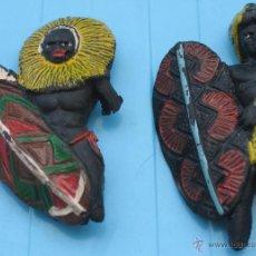 Figuras de Borracha e PVC: DOS GUERREROS GOMA ÁFRICA SALVAJE ARCLA - GUERRERO NEGRO ZULÚ AFRICANO. Lote 49885291
