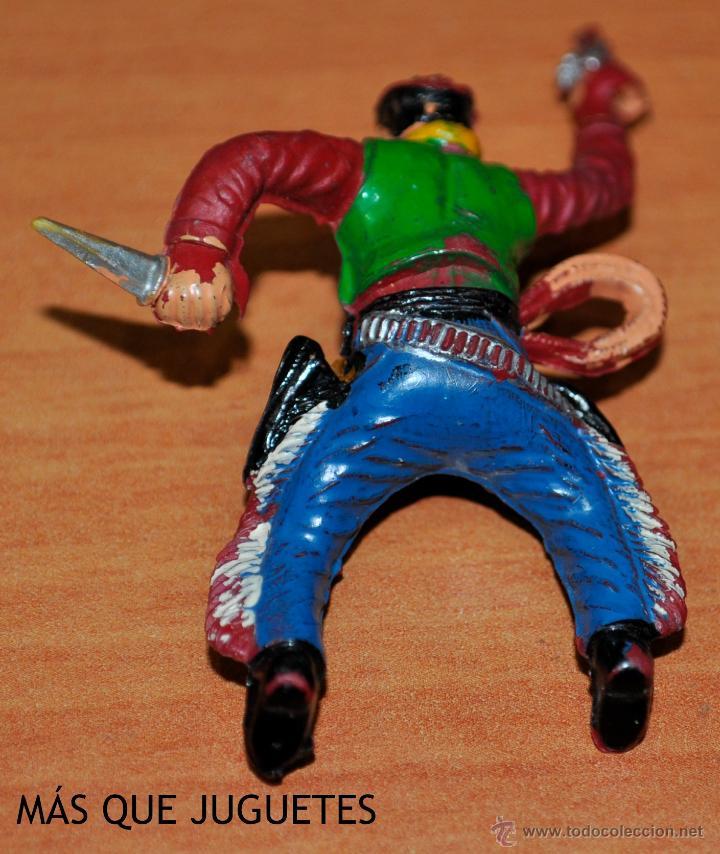 Figuras de Goma y PVC: FIGURA EN GOMA DE UN VAQUERO CON CUCHILLO DE SOTORRES. AÑOS 50 - Foto 2 - 49915656