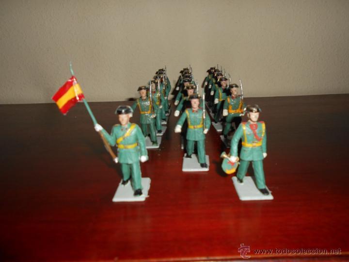 Figuras de Goma y PVC: 18 figuras pertenecientes a la serie desfiles Reamsa GOMARSA años 60 70 Guardia Civil CON BANDERA - Foto 2 - 50339557