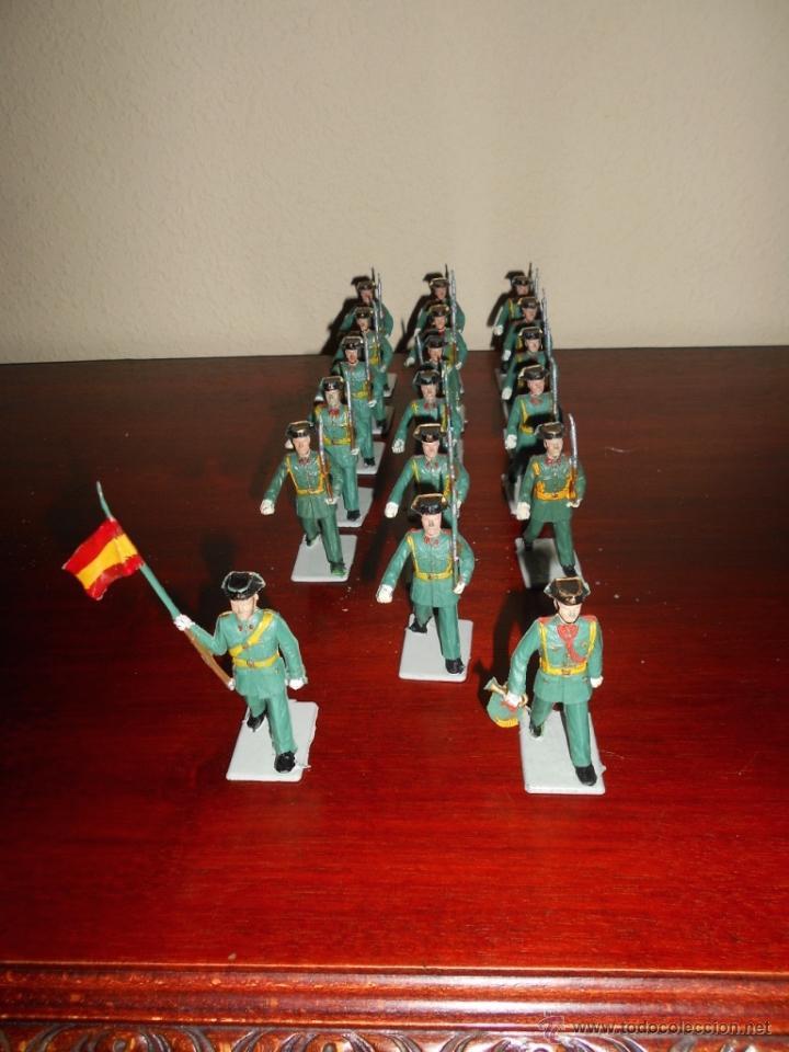 Figuras de Goma y PVC: 18 figuras pertenecientes a la serie desfiles Reamsa GOMARSA años 60 70 Guardia Civil CON BANDERA - Foto 3 - 50339557