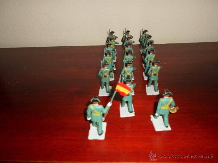 Figuras de Goma y PVC: 18 figuras pertenecientes a la serie desfiles Reamsa GOMARSA años 60 70 Guardia Civil CON BANDERA - Foto 5 - 50339557