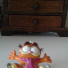 Figuras de Goma y PVC: FIGURA DEL GATO GARFIELD CON PATINES. Lote 51785541