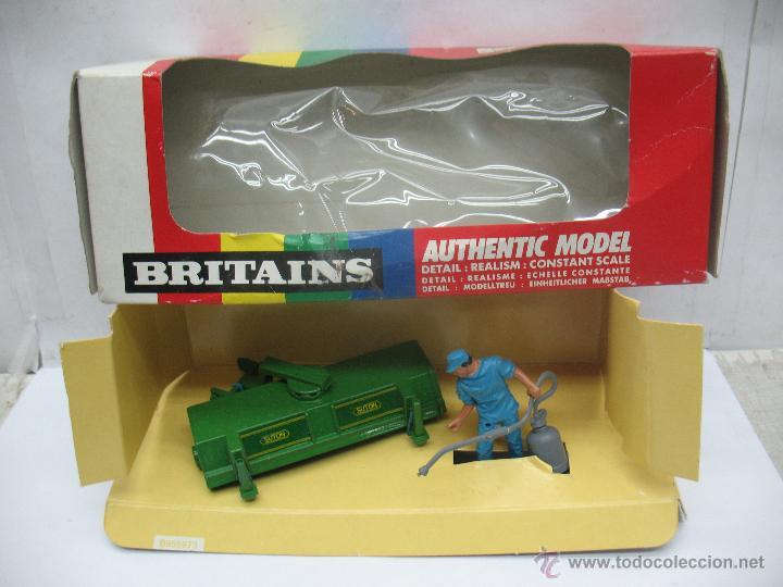 BRITAINS REF: 9559 - PERSONAJE AGRICULTOR Y ACCESORIO PARA TRACTOR - ESCALA 1:32 (Juguetes - Figuras de Goma y Pvc - Britains)