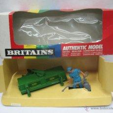 Figuras de Goma y PVC: BRITAINS REF: 9559 - PERSONAJE AGRICULTOR Y ACCESORIO PARA TRACTOR - ESCALA 1:32. Lote 52495954