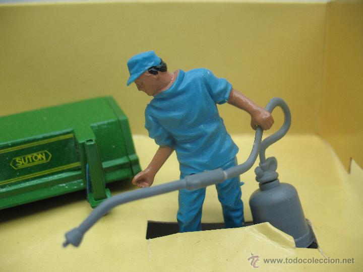 Figuras de Goma y PVC: BRITAINS Ref: 9559 - Personaje agricultor y accesorio para tractor - Escala 1:32 - Foto 4 - 52495954