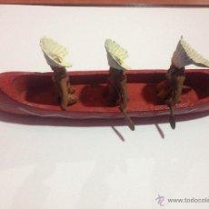 Figuras de Goma y PVC: PRECIOSA Y ANTIGUA CANOA MADERA + 3 FIGURAS PLASTICO INDIOS REMEROS REAMSA. Lote 53312897