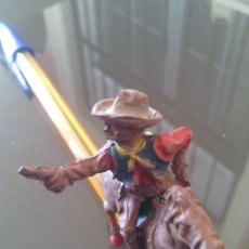 Figuras de Goma y PVC: RARISIMO VAQUERO CON CABALLO GOMA AÑOS 50 .LEER JECSAN. Lote 54007810