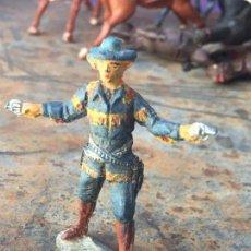 Figuras de Goma y PVC: VAQUERO CON PEANA Y PISTOLAS DE GOMA AÑOS 50 O 60 - PECH ARCLA SOTORRES GAMA. Lote 56601820