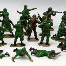 Figuras de Goma y PVC: 28 SOLDADOS MARINES AMERICANOS AIRFIX PINTADOS AÑOS 70. Lote 57594122
