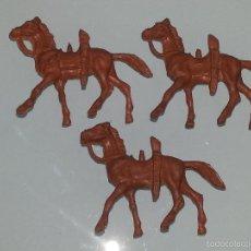 Figuras de Goma y PVC: MONTAPLEX - HOBBYPLAST - ESJUSA - COMANSI :LOTE DE 3 FIGURAS DE CABALLOS COWBOYS MINI OESTE AÑOS 60. Lote 58186000