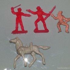 Figuras de Goma y PVC: MONTAPLEX - HOBBYPLAST - ESJUSA - COMANSI :LOTE DE 4 FIGURAS DE CABALLOS COWBOYS MINI OESTE AÑOS 60. Lote 58186071