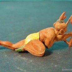 Figuras de Goma y PVC: INDIO ECHADO DISPARANDO. GOMA. AÑOS 60. GAMA. Lote 58197465