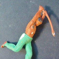 Figuras de Goma y PVC: INDIO ATACANDO CON LANZA. GOMA. AÑOS 50. GAMA. Lote 58242289