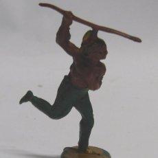 Figuras de Goma y PVC: FIGURA INDIO ATACANDO CON LANZA. EN GOMA. AÑOS 50. GAMA. DOS PIEZAS.. Lote 58991825