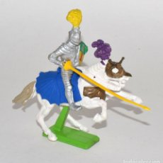 Figuras de Goma y PVC: CABALLERO CRUZADO A CABALLO, DE LA MARCA BRITAINS DEETAIL, PEANA METÁLICA.. Lote 62206784