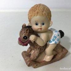 Figuras de Goma y PVC: BEBE EN CABALLITO. Lote 62357540
