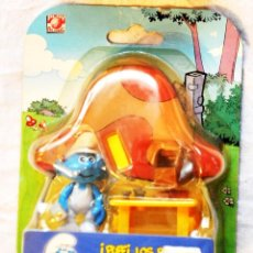 Figuras de Goma y PVC: BLISTER FIGURA PUFFI PITUFO CARPINTERO CON SU MESA DE TRABAJO. LOS PITUFOS. GIOCHI PREZIOSI 2009. Lote 67668577
