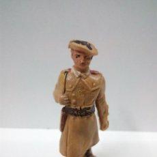 Figuras de Goma y PVC: SOLDADO PARACAIDISTA EN DESFILE . PECH . AÑOS 60. Lote 68319897