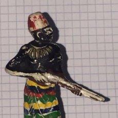Figuras de Goma y PVC: FIGURA GOMA, NEGRO AFRICANO, SERIE NEGROS Y SAFARI PECH, AÑOS 50, MIDE UNOS 7 CMS.. Lote 72114615
