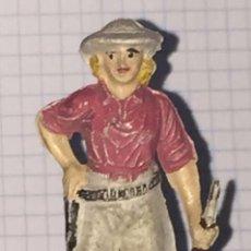 Figuras de Goma y PVC: FIGURA CAZADORA SERIE NEGROS Y SAFARI PECH, MUY BUEN ESTADO, MIDE UNOS 6,5 CMS.. Lote 72116835