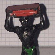 Figuras de Goma y PVC: FIGURA DE GOMA NEGRO PORTEADOR, SERIE SAFARI, AFRICA MISTERIOSA, FABRICADO POR LAFREDO, MIDE 5,5 CMS. Lote 72197619