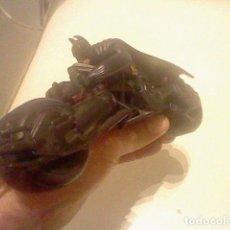 Figuras de Goma y PVC: BATMAN EN MOTO 23 CMS GOMA O PVC RARO. Lote 72897771