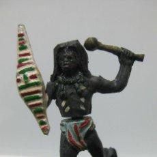 Figuras de Goma y PVC: MUY RARO INDIO NEGRO AFRICANO TRIBU SAFARI GOMA NEGRA AÑOS 50 CON ESCUDO. Lote 73980263