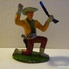 Figuras de Goma y PVC: VAQUERO SOTORRES RODILLA EN TIERRA.. Lote 74972731