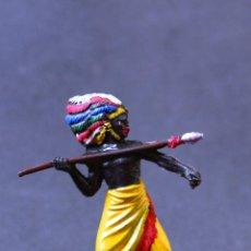 Figuras de Goma y PVC: FIGURA GUERRERO NEGRO DEL SAFARI CON LANZA. Lote 77317293