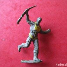 Figuras de Goma y PVC: PARACAIDISTA EN GOMA BRUVER AÑOS 50. Lote 77900133
