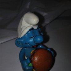 Figuras de Goma y PVC: PITUFO CON HAMBURGUESA. PEYO SCHLEICH EN SUELA. GERMANY. Lote 79169957