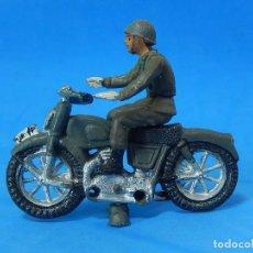 Figuras de Goma y PVC: MOTO CON SOLDADO. CREO QUE FUE FABRICADA POR TEIXIDO.. Lote 79990889