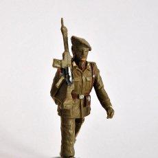 Figuras de Goma y PVC: SOLDADO DESFILE MILITAR REAMSA FIGURA DESFILANDO ARMA EN HOMBRO. Lote 80217485