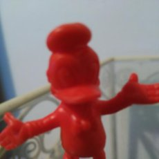Figuras de Goma y PVC: FIGURA PATO DONALD DUNKIN EN ROJO. Lote 80262049