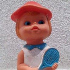 Figuras de Goma y PVC: MUÑECA DE GOMA JUGASA - AÑOS 70 - NIÑA CON RAQUETA - MUY DIFICIL DE ENCONTRAR - RARA. Lote 83600528