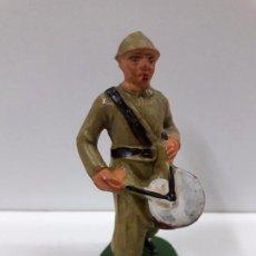 Figuras de Goma y PVC: SOLDADO CON TAMBOR EN DESFILE . REALIZADO POR STARLUX . AÑOS 60. Lote 83752604