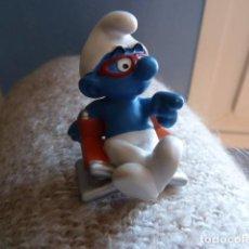Figuras de Goma y PVC: PITUFO EN SILLA DIRECTOR. SCHLEICH. Lote 84537400