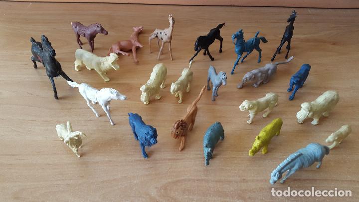 Figuras de Goma y PVC: lote 23 figuras animales persan y otras años 60s + regalo 12 figuras goma indios, soldados etc - Foto 2 - 85289532