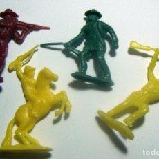 Figuras de Goma y PVC: 4 INDIOS Y VAQUEROS. Lote 86374216